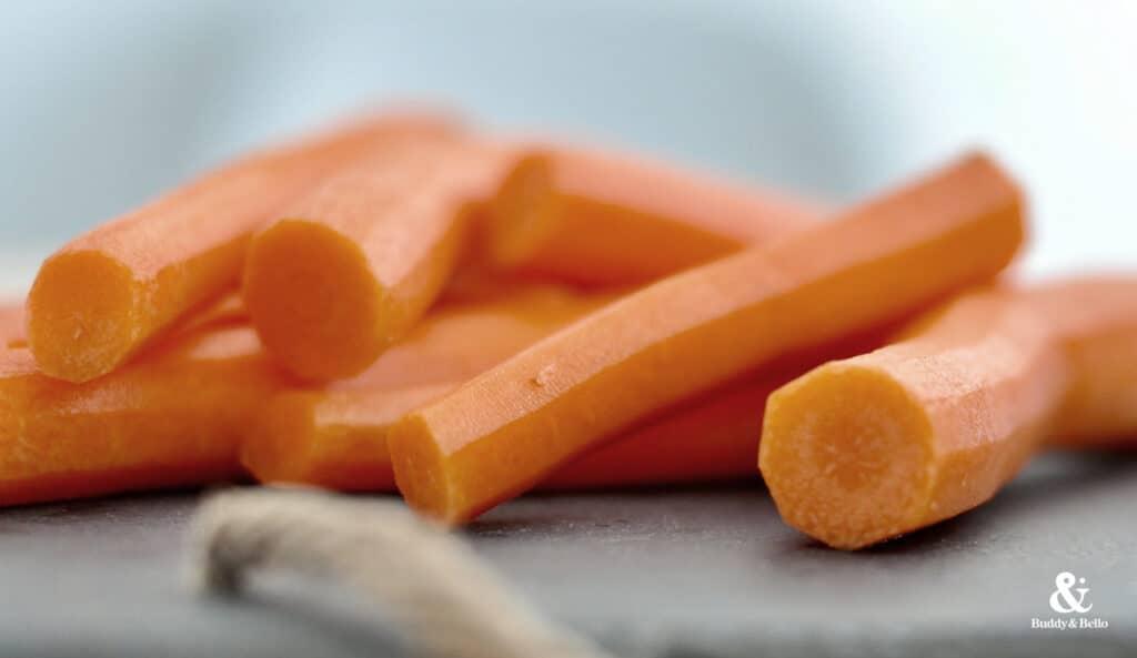 Buddy & Bello Rezept für Morosche Karottensuppe. Der Hauptbestandteil sind Möhren, die lange gekocht werden müssen.